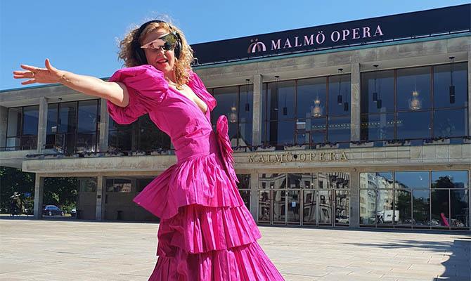 Dj i rosa klänning framför Malmö Opera