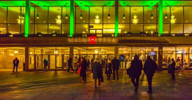 Malmö Operas fasad i grönt ljus