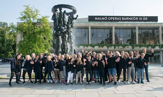 Malmö Operas barnkör utanför operahuset