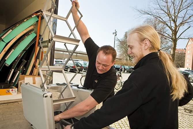 Operaverkstans tekniker och projektledare packar Malmö Operas turnébuss.