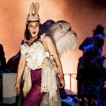 Kvinna i fjädrar och kaninöron - Falstaff