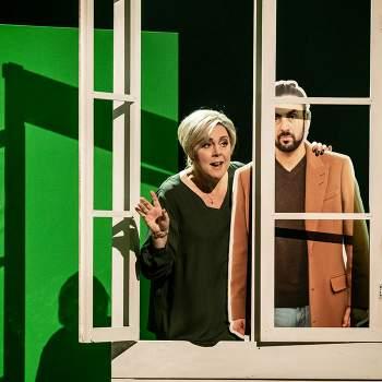 Kvinna och pappdocka i fönster - Falstaff