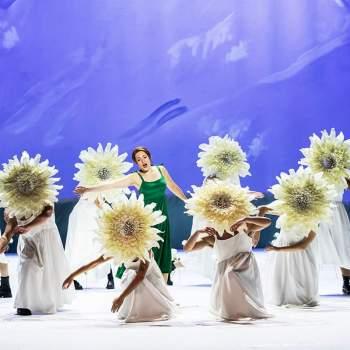 Sound of Music Maria omgiven av berg och blommor