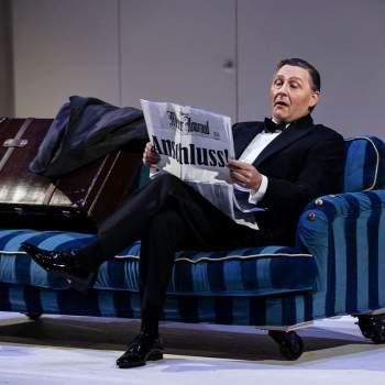 Sound of Music man sitter i soffa och läser tidningen