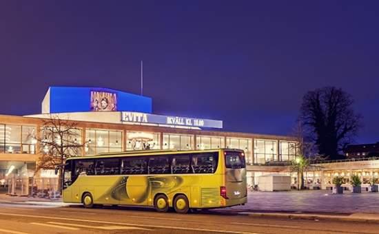 Exteriör med gul buss