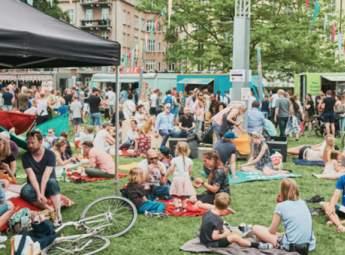 Människor sitter och äter i Magistratsparken