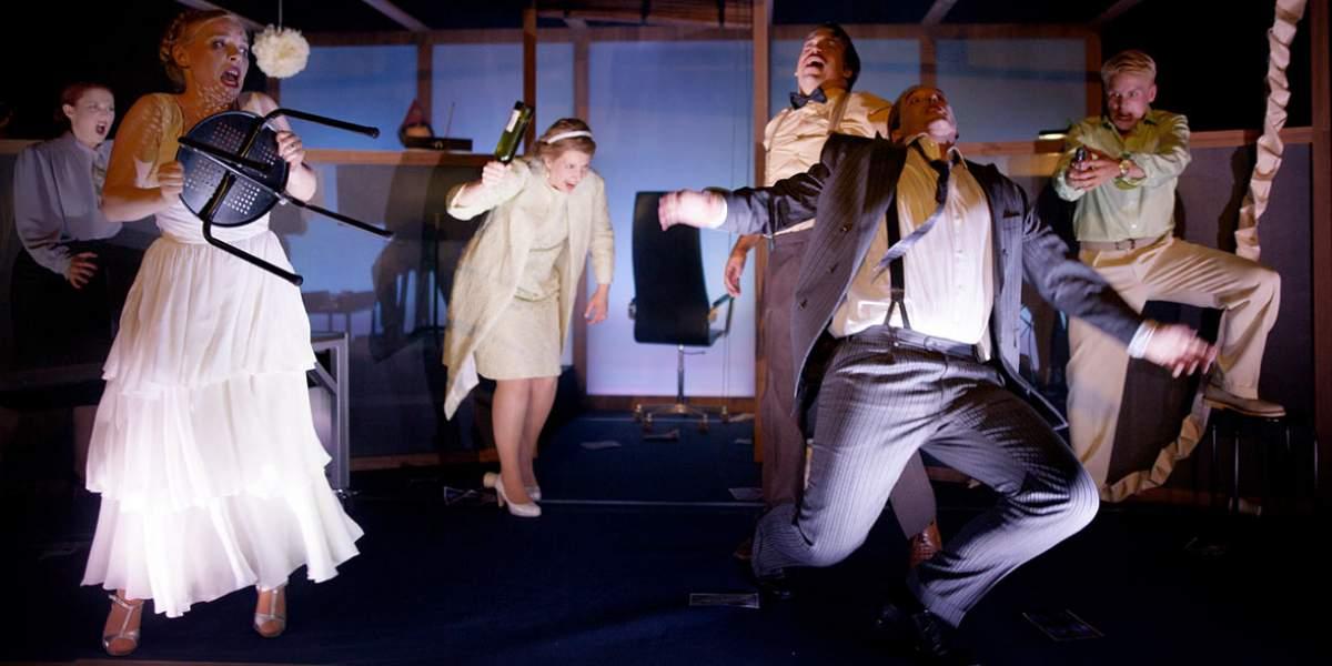 Don Giovanni. Fest som spårar ur på kontoret. Människor i rörelse.